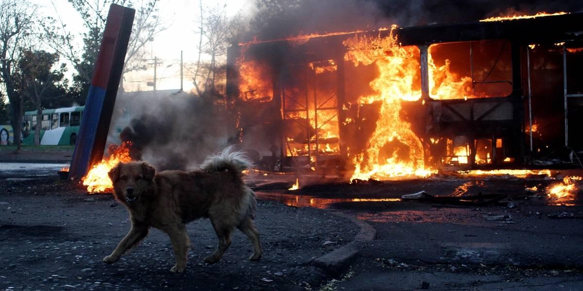 Siguen los incidentes: queman bus en la Villa Francia y anuncian cacerolazo