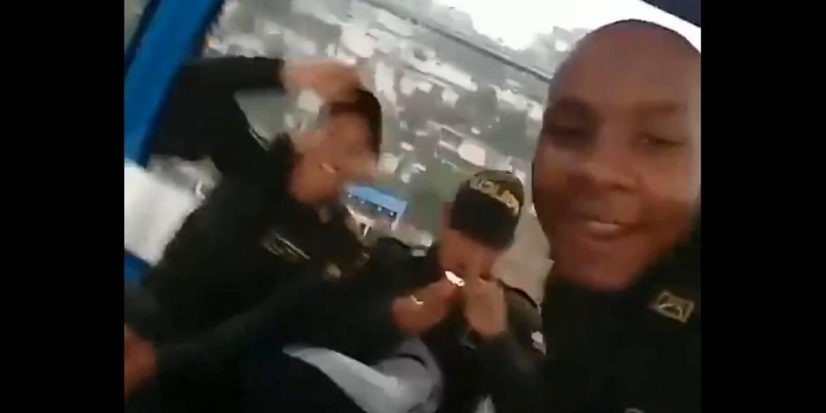 (Video) Denuncian a auxiliares de la Policía que estarían fumando, al parecer, marihuana con el uniforme puesto