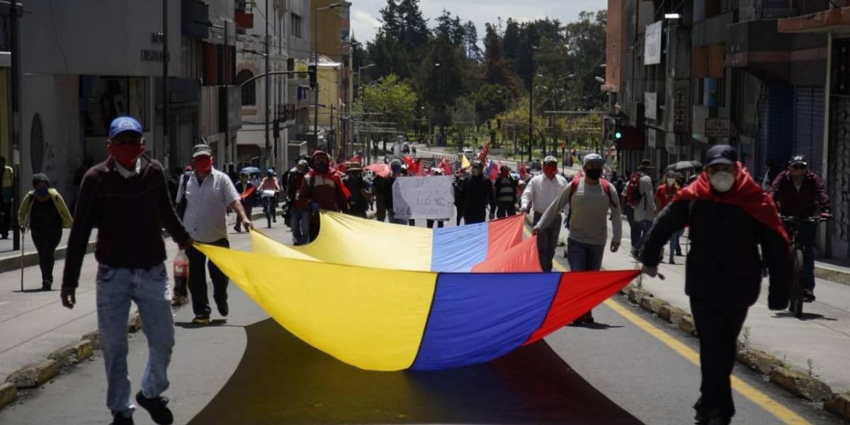 Frente Unitario de Trabajadores protestan en la av. 10 de Agosto en contra de la Ley Humanitaria