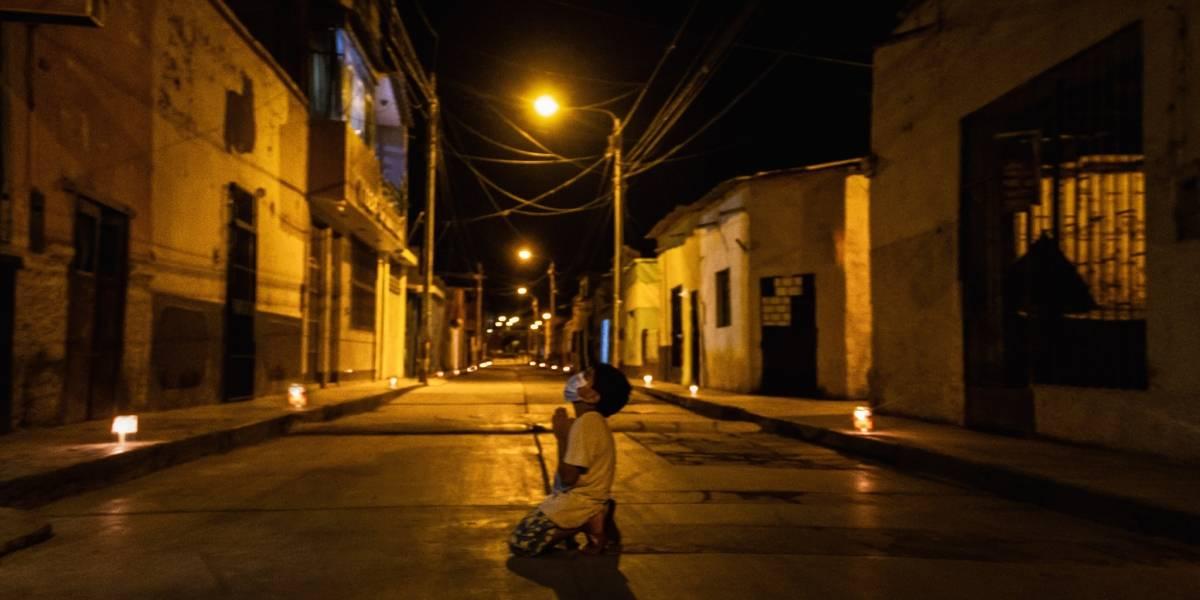 El niño que reza solo en la calle para poner fin al Coronavirus: la historia de la foto que se toma las redes sociales