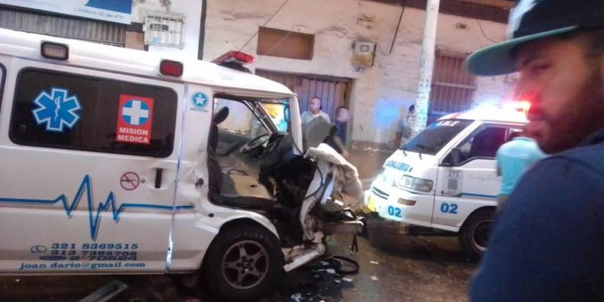 Ambulancia iba a atender una emergencia y terminó accidentada