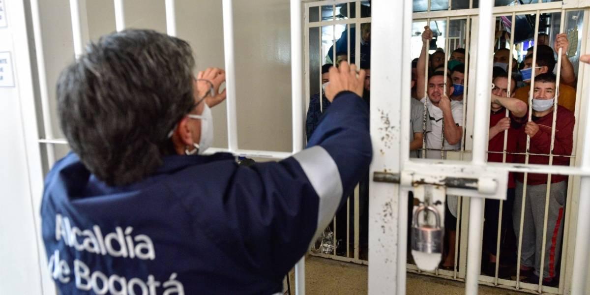 (VIDEO) Tras denuncias de hacinamiento y casos de COVID-19, Claudia López visitó a los reclusos