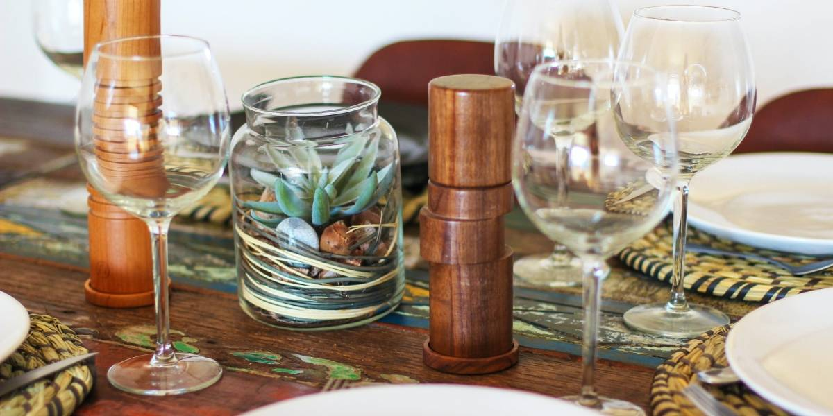 O segredo para tirar manchas de copos em móveis de madeira