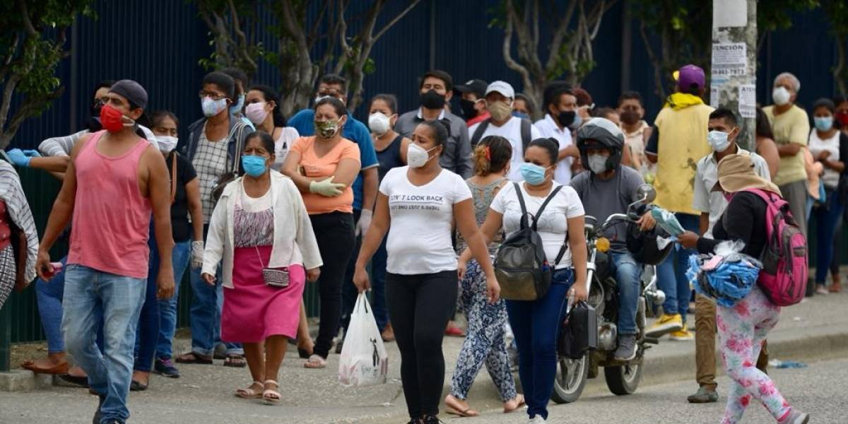 Aún no cambian de semáforo y distanciamiento social no se cumple en el transporte público de Guayaquil