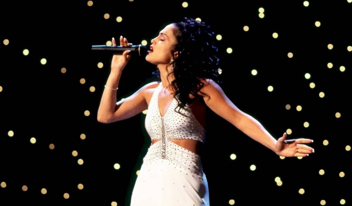 Imagen cedida a EFE por Warner Bros de la actriz Jennifer López interpretando a La cantante Selena Quintanilla.
