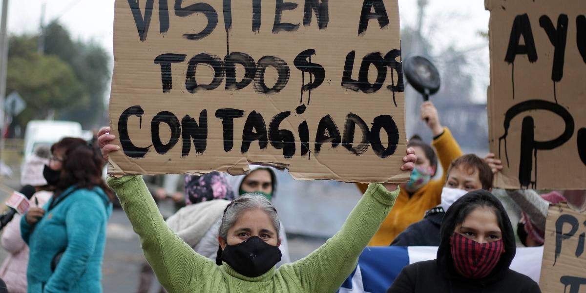 Protesta por el hambre: vecinos de La Pintana y San Ramón manifestaron e incluso dialogaron con carabineros