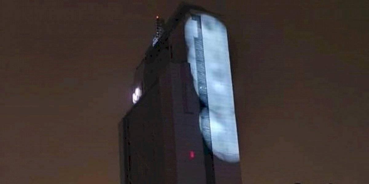 """Denuncian operativo para censurar los mensajes proyectados en el edificio """"Telefónica"""""""