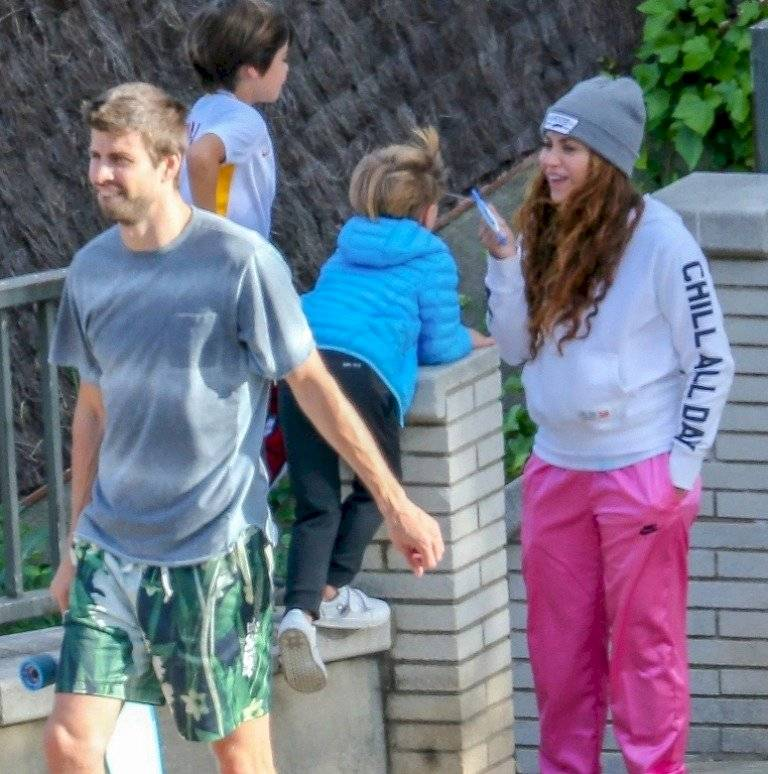 Captan a Shakira usando su celular en un paseo con su familia