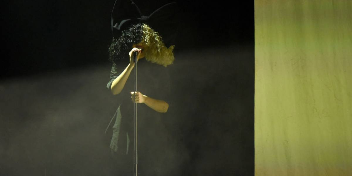 La enigmática cantante Sia confesó que el año pasado adoptó dos hijos de 18 años