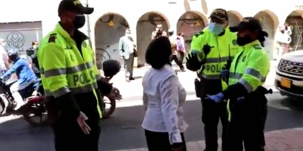 """""""No me toque, marica"""", le dice mujer a un policía que la detuvo por no llevar tapaboca"""