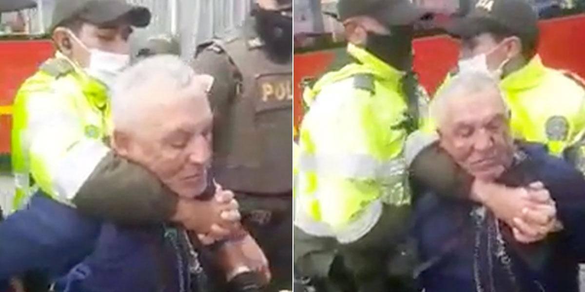 El acto de bondad que tuvo el vendedor ambulante con los policías que lo agredieron