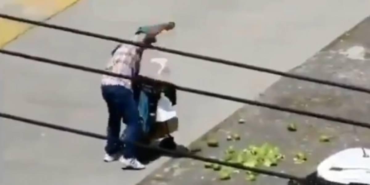 Triste momento en el que vendedor decide arrojar su mercancía luego de recibir una multa