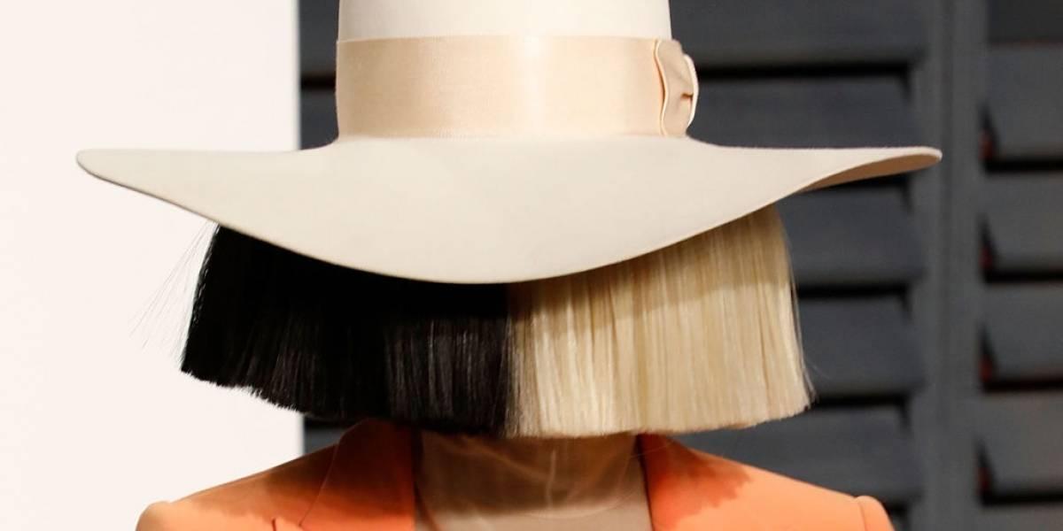 A enigmática cantora Sia confessou que no ano passado adotou dois jovens de 18 anos