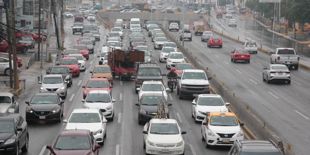 Vuelve caos vial a Gonzalitos, por lluvia y reactivación