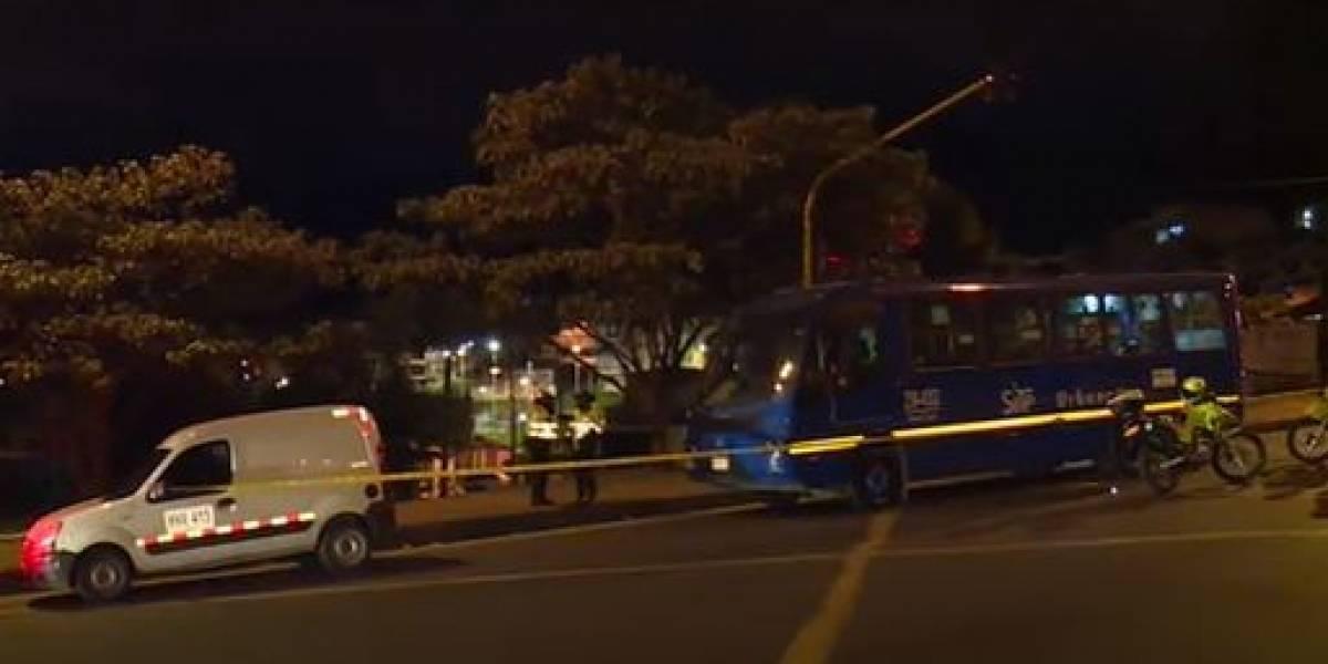 Sujeto que intentó robar a conductor en un semáforo, fue arrollado y murió
