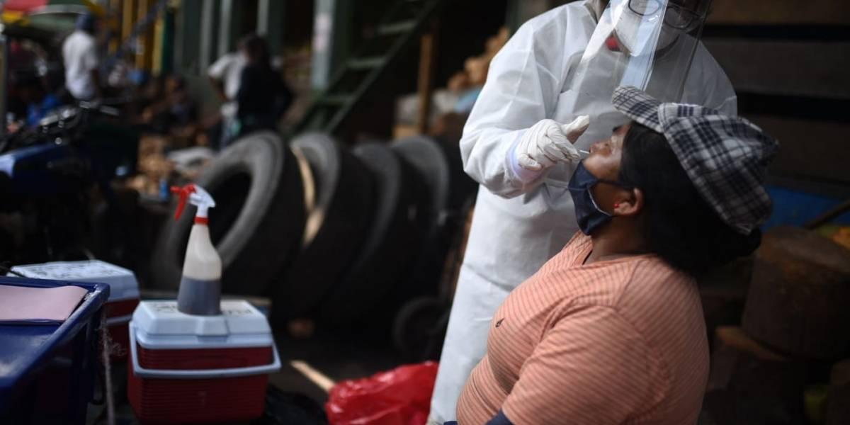 EN IMÁGENES. Ministerio de Salud realiza pruebas de Covid-19 a vendedores del mercado la Terminal