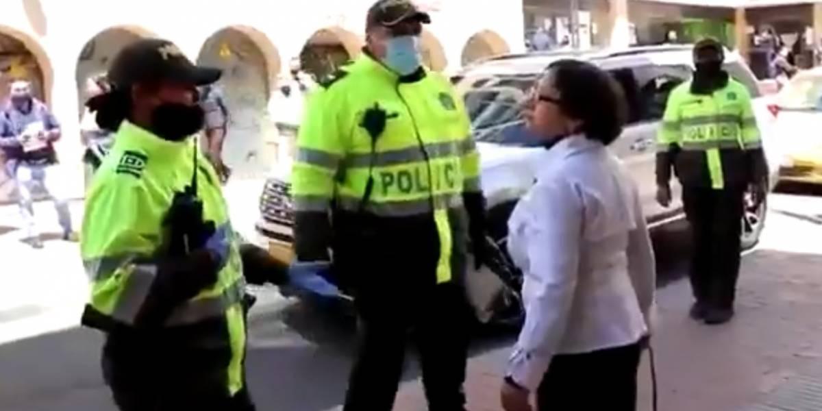 Mujer mayor insultó y agredió a policías que le pidieron tapabocas