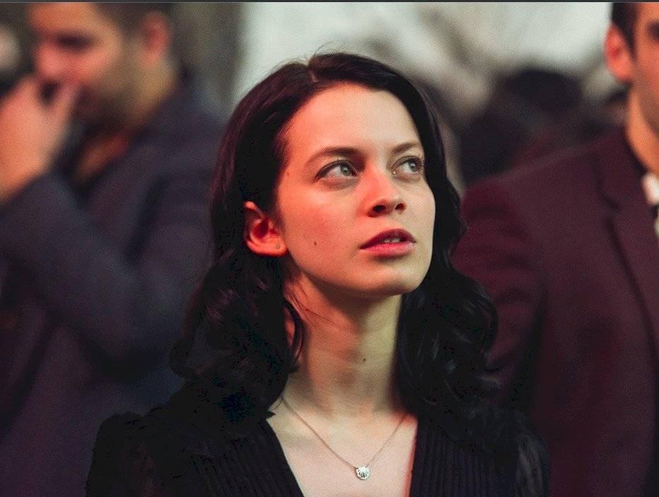 Es interpretada por Ana Valeria Becerril. Es una joven introvertida y analítica, que investigará quien es el hacker que está exhibiendo a sus compañeros, aunque no todos sean de su agrado. Cortesía