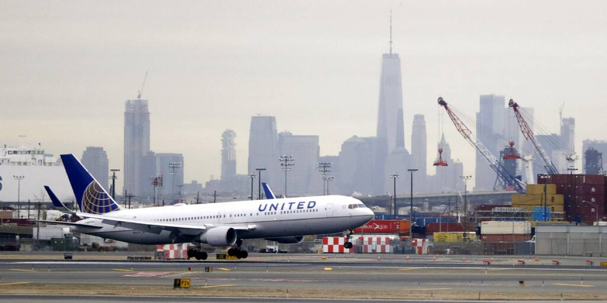 Jugador de NFL demanda a United Airlines: Alega fue agredido sexualmente por pasajera