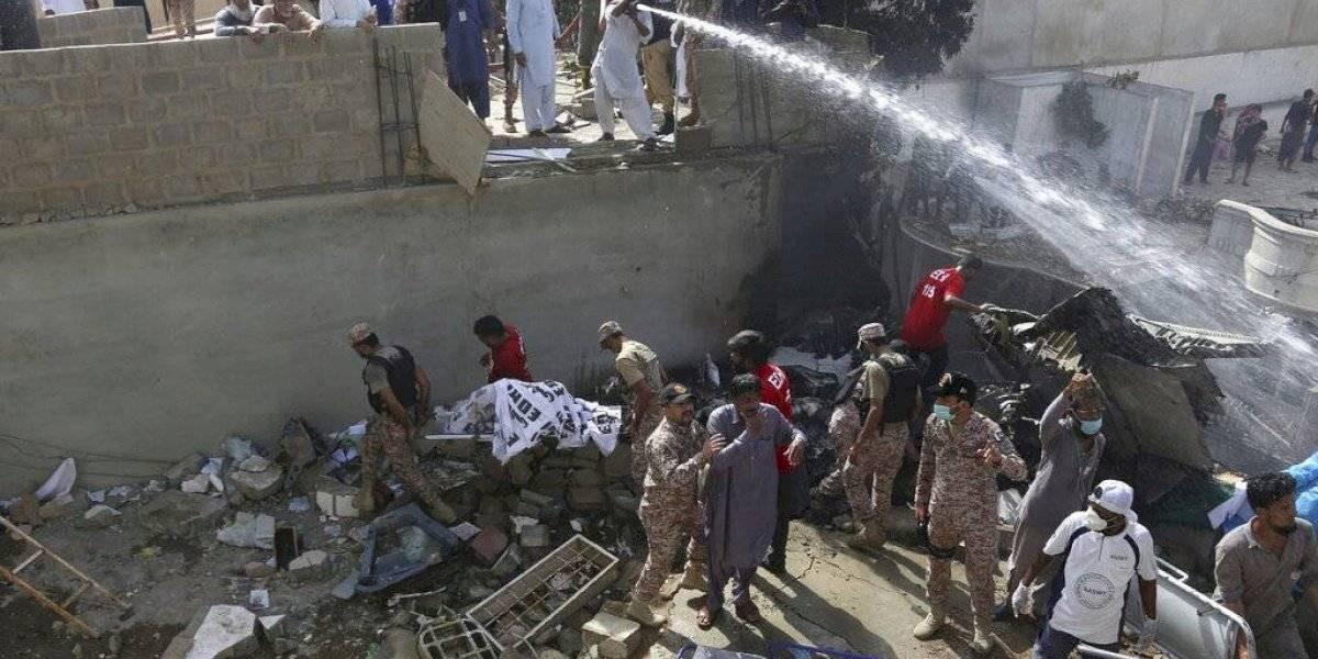 Sobreviven dos personas a caída de un avión en Pakistán