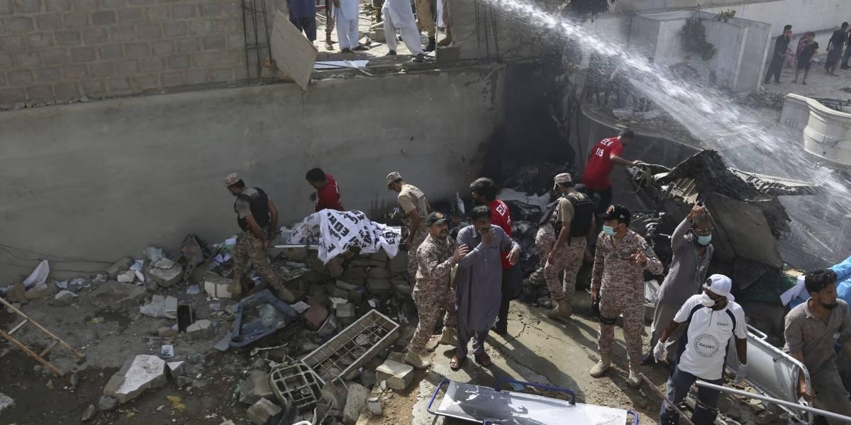 Se estrella avión de pasajeros en una zona residencial de Karachi, Pakistán