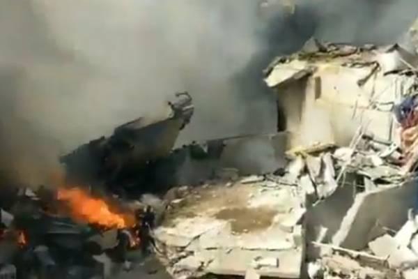 Avión con 107 personas a bordo cae en barrio residencial de Karachi en Pakistán