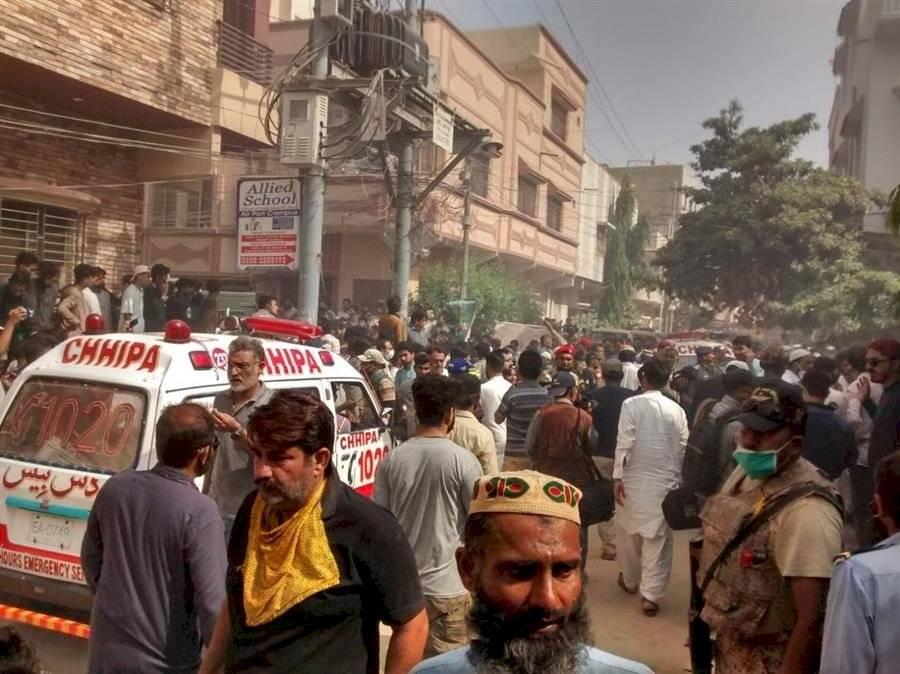 Un avión con 107 personas a bordo se estrelló en Pakistán EFE