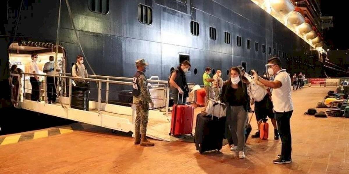 México repatria a 187 personas que estaban varadas en un crucero