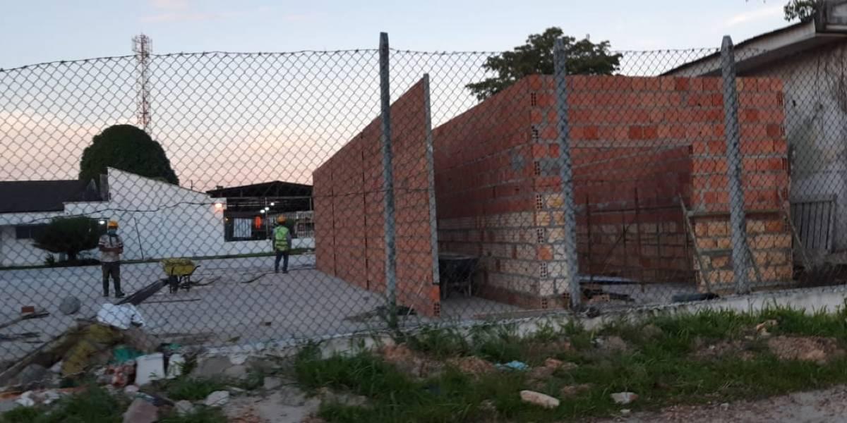 ¿Es un chiste? Construyen muros sin cumplir normas en hospital de Colombia
