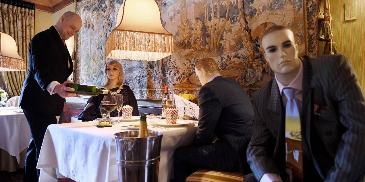 Restaurante pone maniquíes en mesas para marcar el distanciamiento social