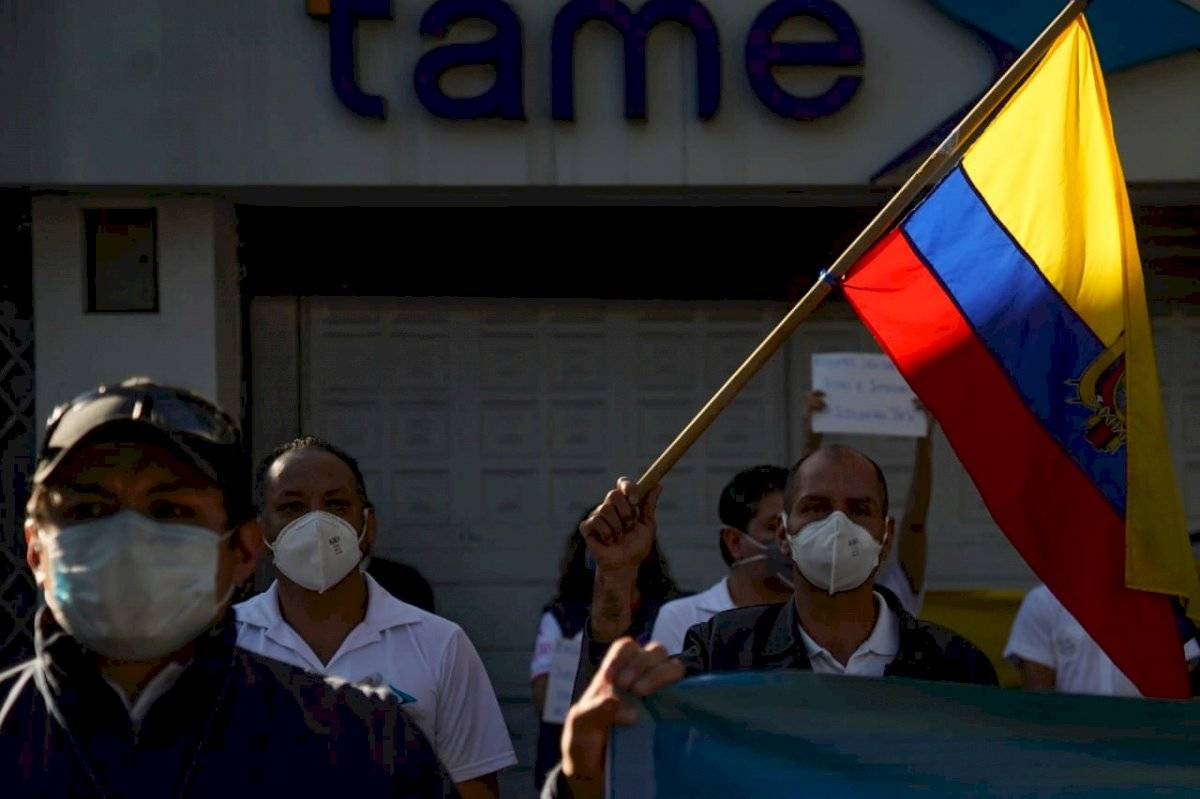 Plantón de los trabajadores de Tame en contra de la liquidación de la empresa de la aerolínea