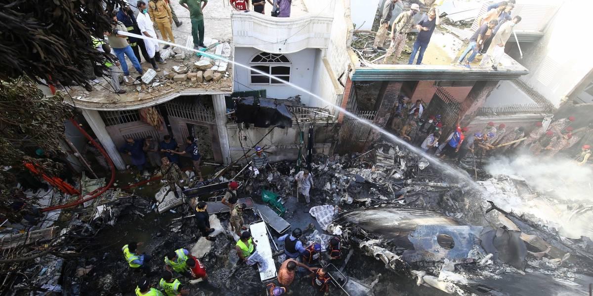 ¡Impactante! Captan momento en que se estrelló el avión en Pakistán con 99 pasajeros
