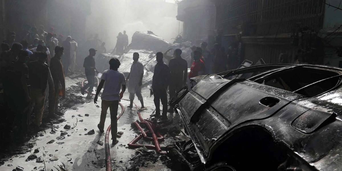 Pakistán.- Se elevan a 97 los muertos tras estrellarse un avión en Karachi, en el sur de Pakistán
