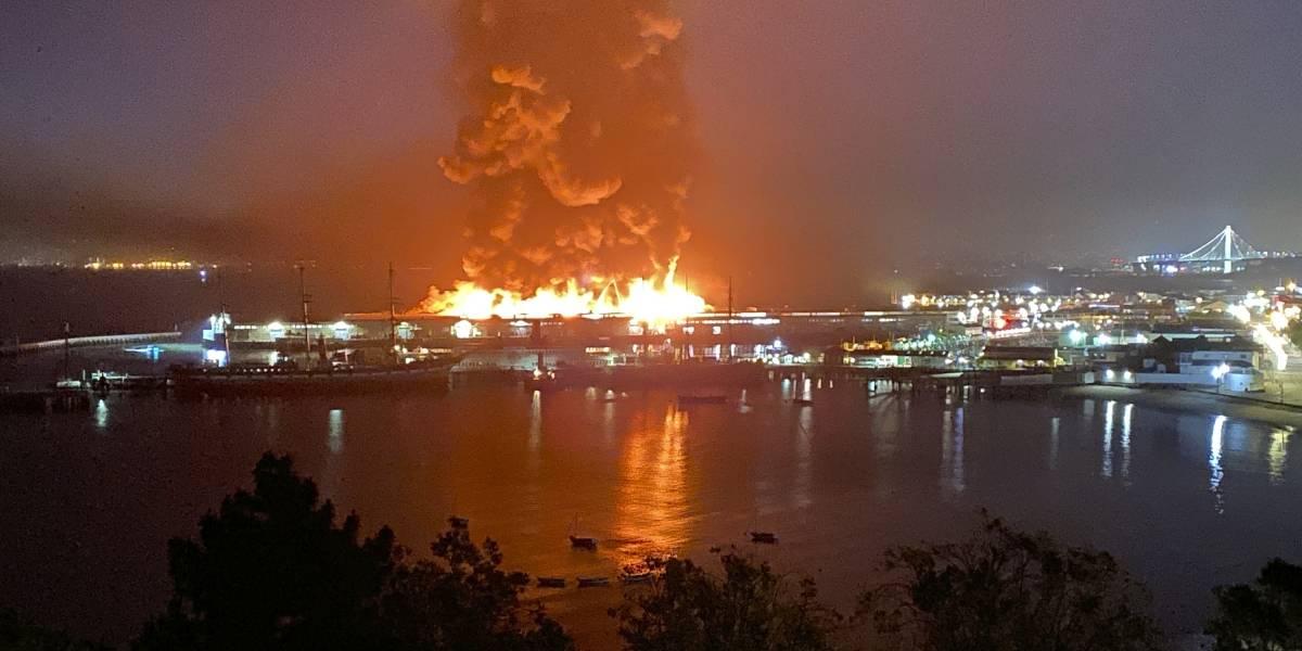 Cinematográfico incendio arrasa con bodega en zona de muelles de San Francisco