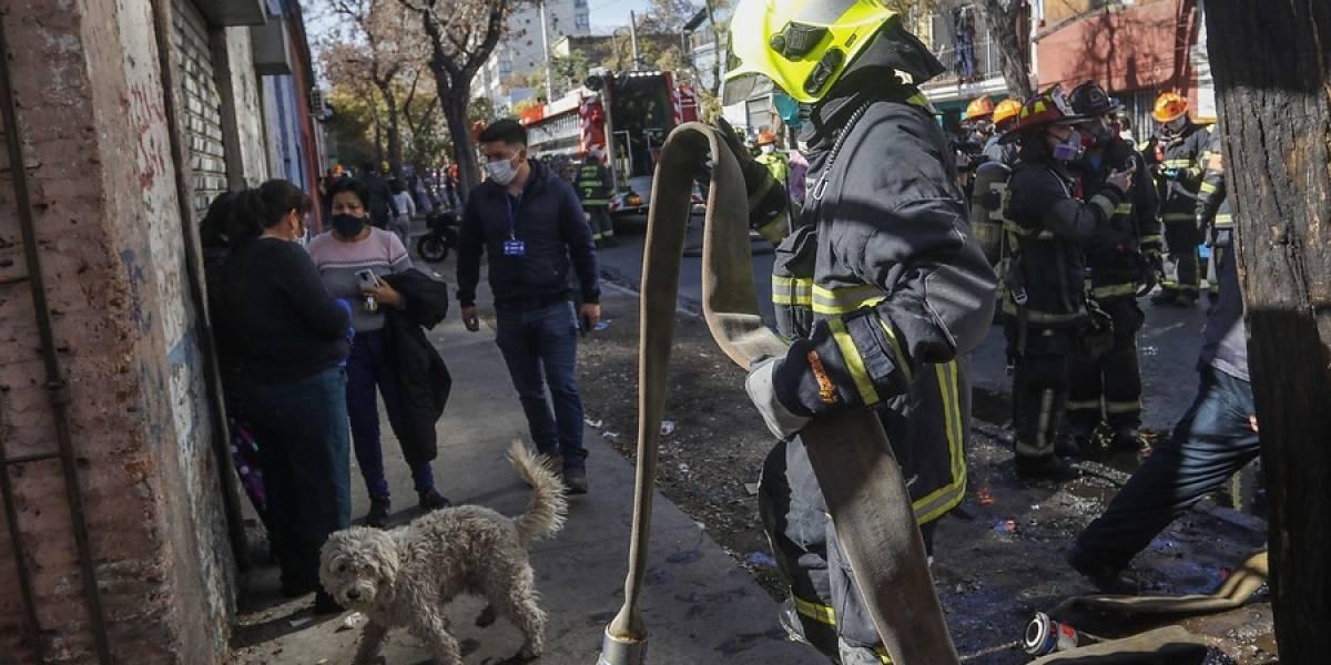 Incendio afectó a varias viviendas en el sector de San Diego en Santiago centro