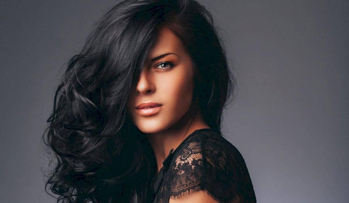 El cabello negro le luce muy bien a todas, pero a las muy morenas les aumenta la edad