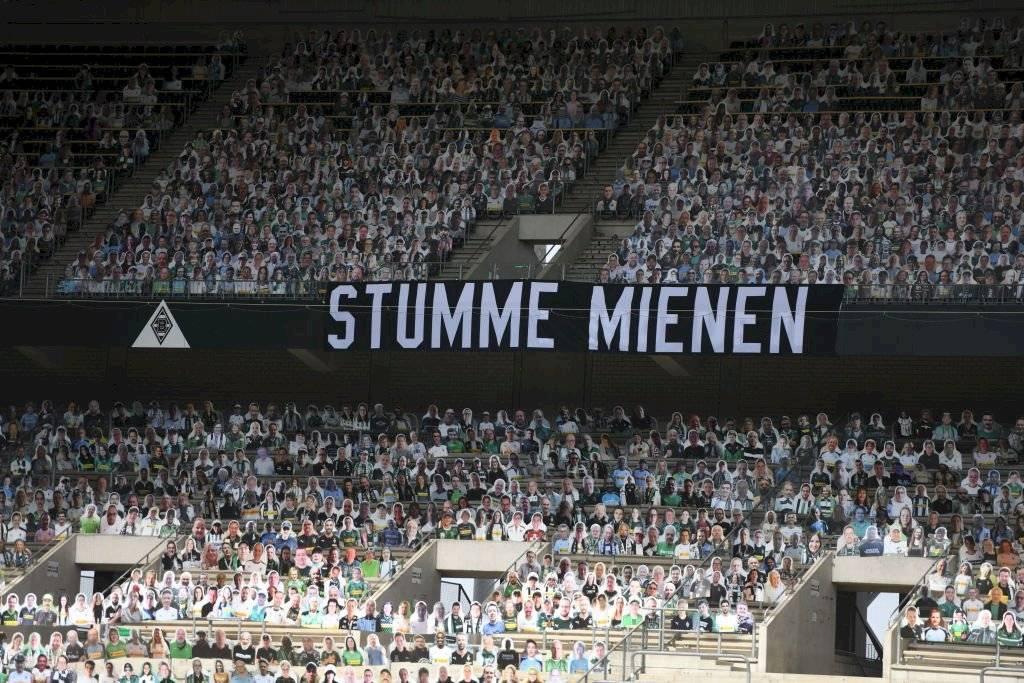 """Nueva normalidad. Una pancarta que dice """"Semblanzas silenciosas"""" se ve dentro del estadio antes del partido de la Bundesliga entre el Borussia Moenchengladbach y el Bayer 04 Leverkusen este 23 de mayo de 2020 en Moenchengladbach, Alemania."""