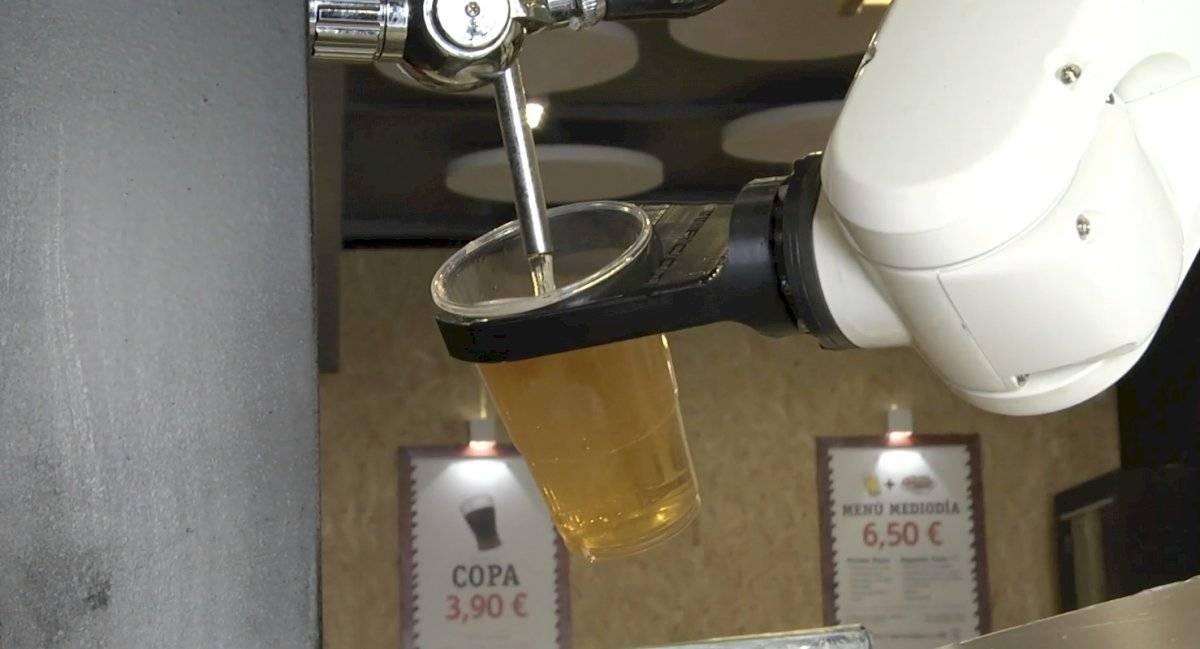 """Bar """"contrata"""" un robot que sirve cervezas sin contacto físico para evitar contagios"""