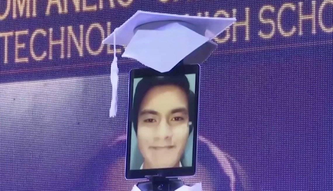 Estudiantes en una escuela de Manila se gradúan con ayuda de robots