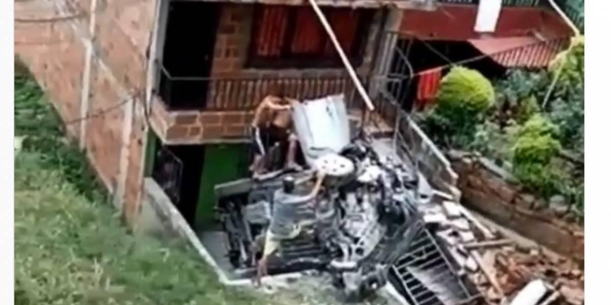 (Video) Impresionante accidente en el que un vehículo se incrustó dentro de una vivienda
