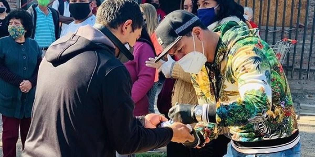 Goleador eterno: Esteban Paredes repartió cajas de alimentos a vecinos de la comuna de Cerro Navia