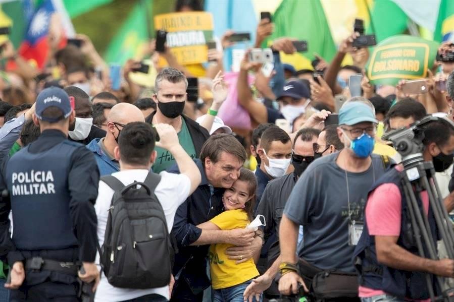 Bolsonaro ignora las recomendaciones y se mezcla en una multitudinaria manifestación