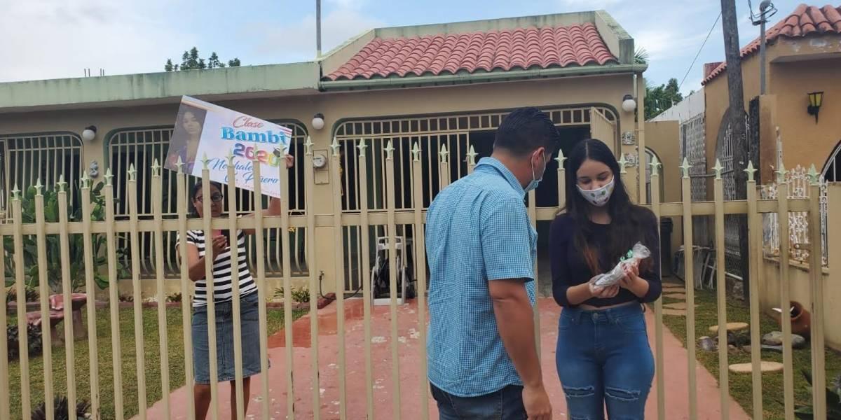 Estudiantes graduados en Ceiba reciben caravana para festejar sus logros