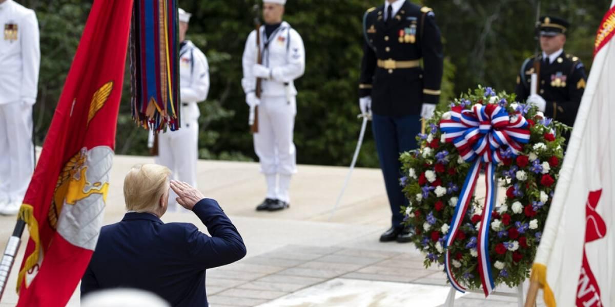 Donald Trump rinde homenaje a miembros del servicio militar