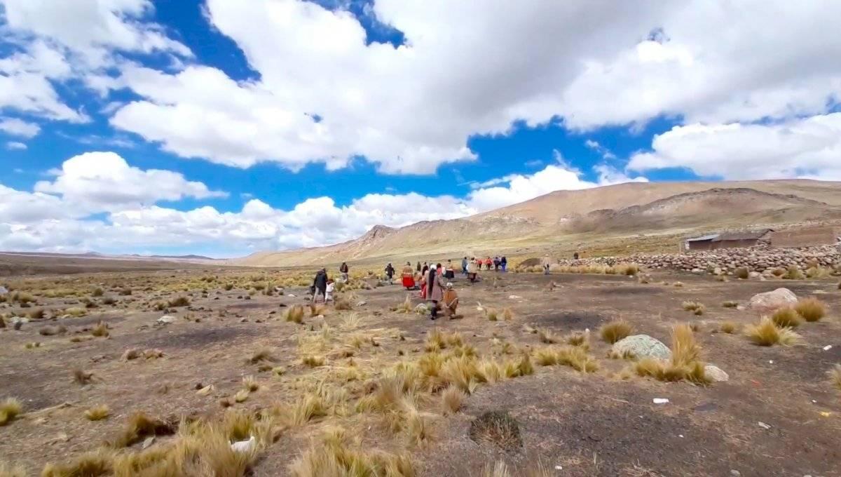 Niños peruanos caminan decenas de kilómetros para encontrar señal de radio y poder