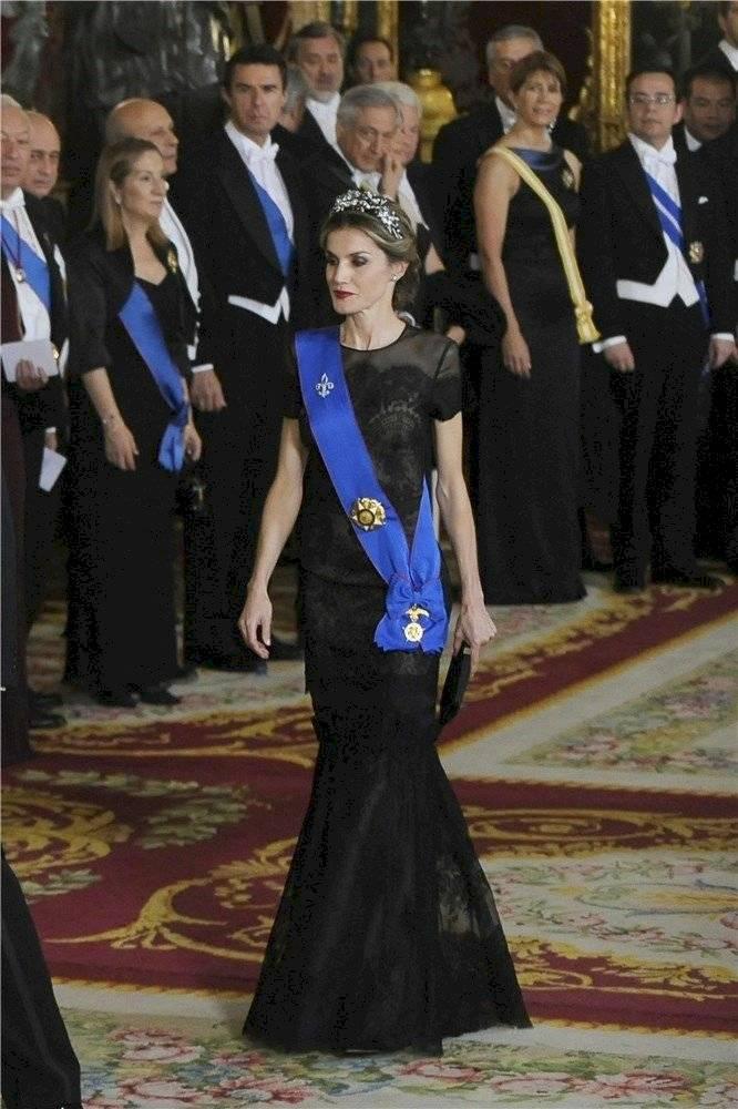 Te sorprenderá conocer cuál es el vestido más costoso del armario de la reina Letizia firmado por Carolina Herrera