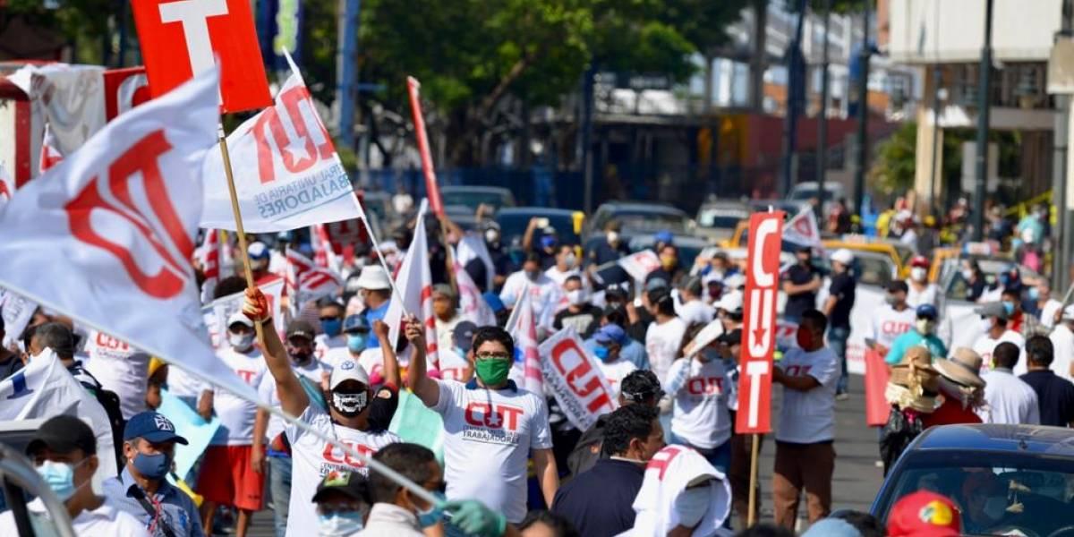Gremios de trabajadores y estudiantes protestan en Quito, Guayaquil y Cuenca contra las medidas económicas y la Ley Humanitaria