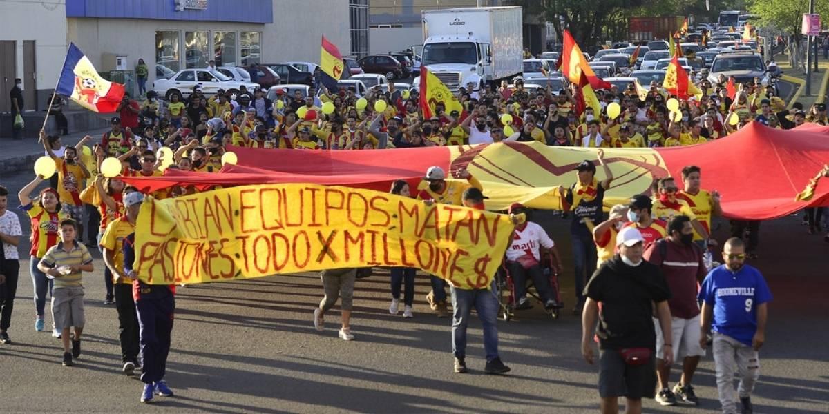Hinchas se rebelan por venta de Monarcas de Morelia, donde juegan cinco chilenos
