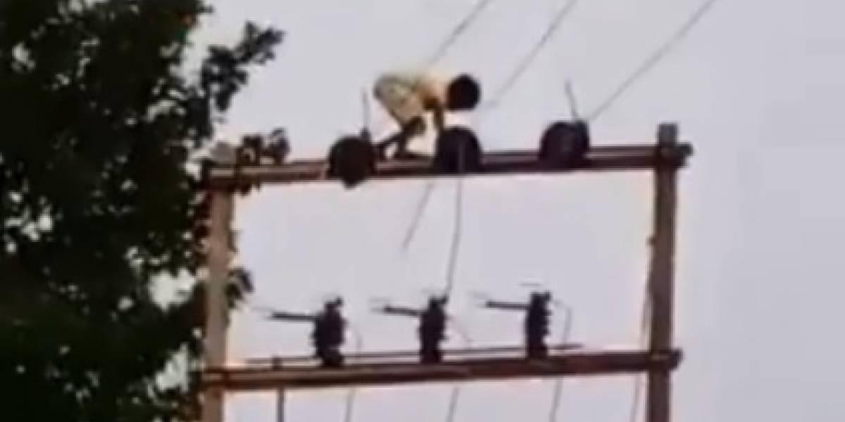 Aterrador video: niño de 5 años trepa unos postes eléctricos