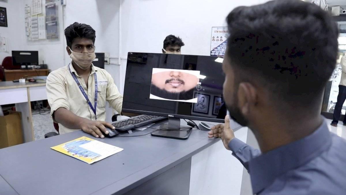 Foto estudio en India fabrica mascarillas con la impresión de la cara de los clientes